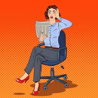 Donna di affari scioccata pop art leggendo un giornale. cattive notizie.