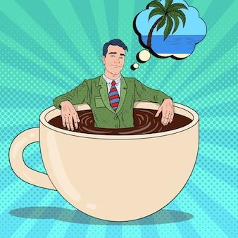 Pop art sorridente uomo d'affari che si distende nella tazza di caffè e sogna di una vacanza tropicale.