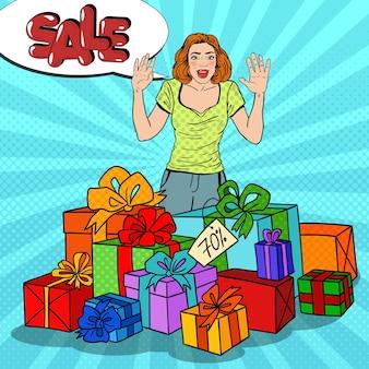 Pop art donna sorpresa con enormi scatole regalo e vendita di fumetti.