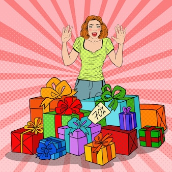 Pop art donna sorpresa con enormi scatole regalo.