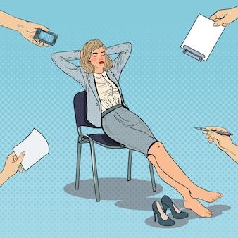 Pop art stanco business woman rilassante sulla sedia.