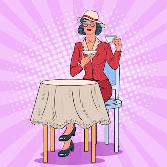 Pop art donna che beve il tè nella caffetteria