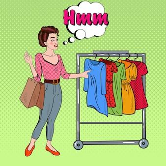 Donna di pop art con borse della spesa scegliendo un vestito nuovo. illustrazione