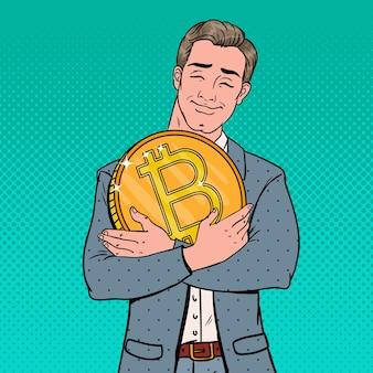 Pop art giovane uomo d'affari che tiene grande moneta bitcoin