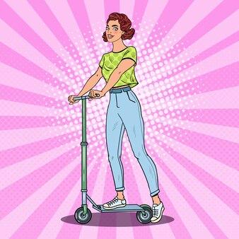 Scooter di guida della ragazza di pop art