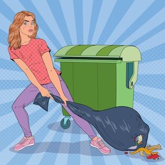 Pop art giovane donna che tiene il sacchetto della spazzatura. ragazza con sacco della spazzatura puzzolente.