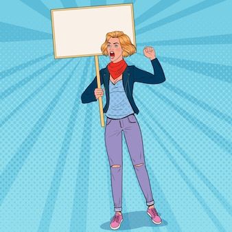 Pop art giovane donna che protesta al picchetto con la bandiera in bianco. sciopero e concetto di protesta. ragazza che grida sulla dimostrazione.