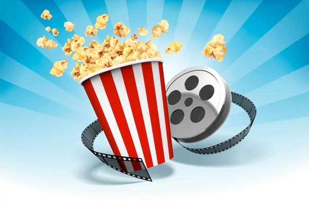 Popcorn con elementi in rotolo di pellicola, sfondo blu a strisce