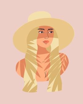 Un ritratto di donna bionda con i capelli lunghi in costume da bagno e un cappello all'ombra di una palma