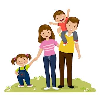 Un ritratto di una famiglia felice dei quattro membri che propone insieme. genitori con figli