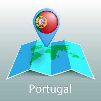 Mappa del mondo di bandiera del portogallo nel pin con il nome del paese su sfondo grigio