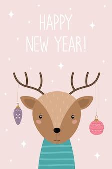 Una cartolina con un simpatico cervo cartone animato felice anno nuovo corna di cervo con giocattoli di natale
