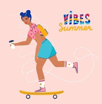 Poster per le vibrazioni estive della ragazza con la giovane donna che cavalca uno skateboard con il caffè in mano con il testo
