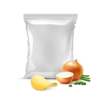 Patatine fritte croccanti con cipolla e busta di plastica vuota sigillata verticale per il design del pacchetto close up isolati su sfondo bianco