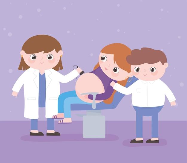 Gravidanza e maternità, genitori che visitano la dottoressa in ospedale