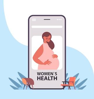Paziente della donna incinta sullo schermo dello smartphone utilizzando la medicina del servizio sanitario di consultazione ginecologica online dell'applicazione mobile