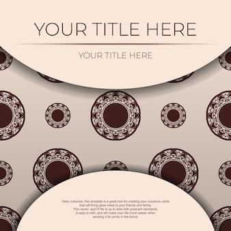 Preparare un invito con un posto per il tuo testo e ornamento astratto. modello per cartoline di design di stampa in colore beige con motivi mandala.