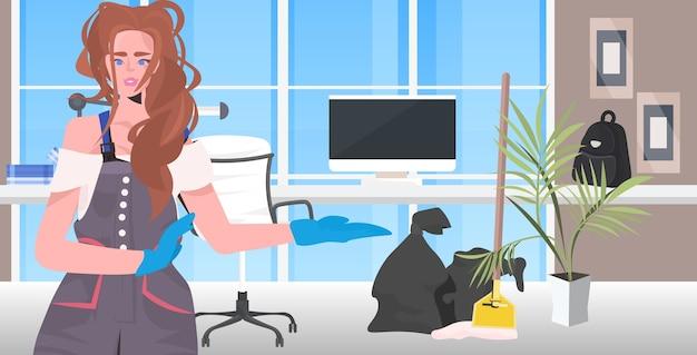 Pulitore professionale donna bidello pulizia e disinfezione del pavimento per prevenire il coronavirus