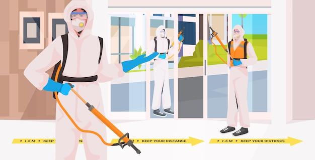 Addetti alle pulizie professionali in abiti ignifughi team di bidelli che puliscono e disinfettano il pavimento