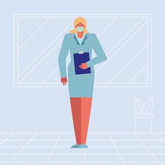 Medico femminile professionista che indossa maschera medica con la lista di controllo