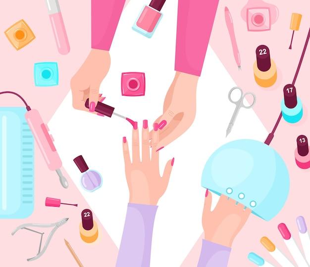 Tavolo manicure professionale. manicurist e cliente femminile mani closeup vista dall'alto.