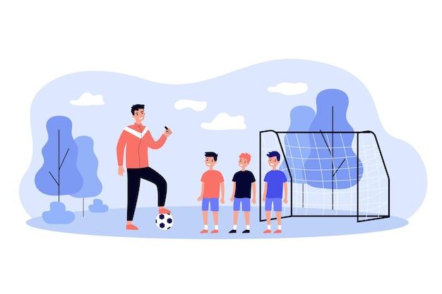 Allenatore di calcio professionale formazione illustrazione piatta ragazzini. uomo del fumetto che calpesta la palla e insegna ai giocatori del bambino sul campo. gioco di sport e concetto di scuola di calcio