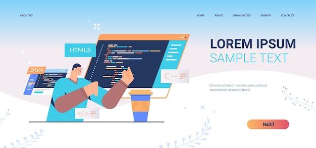Programmatore che scrive codice per la pagina di destinazione dell'ingegneria delle app del computer