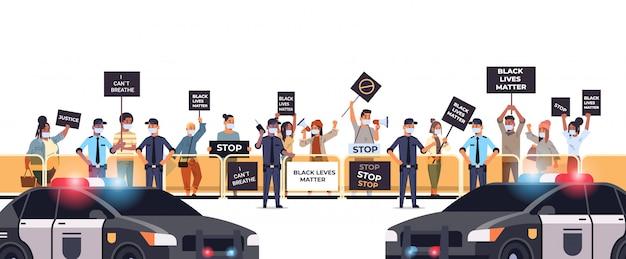 I manifestanti si affollano con striscioni neri in materia di vite umane, campagna contro la discriminazione razziale a sostegno della polizia per la parità di diritti dei neri
