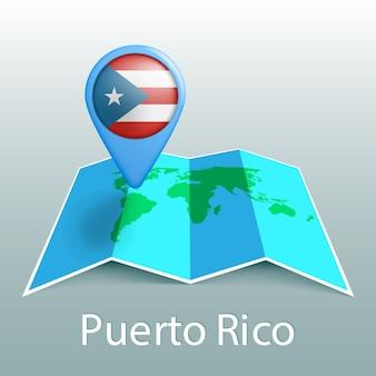 Mappa del mondo di bandiera di porto rico nel pin con il nome del paese su sfondo grigio