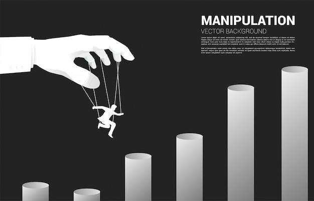 Sagoma di controllo del burattinaio dell'uomo d'affari a saltare al grafico più alto. concetto di manipolazione e microgestione