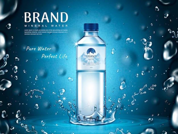 Annuncio di acqua minerale pura, bottiglia di plastica al centro e elementi a goccia d'acqua volante, sfondo blu