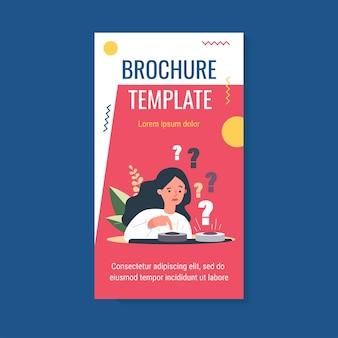 Donna perplessa scegliendo tra due pulsanti e spingendo un modello di brochure blu