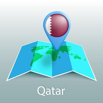 Mappa del mondo di bandiera del qatar nel pin con il nome del paese su sfondo grigio
