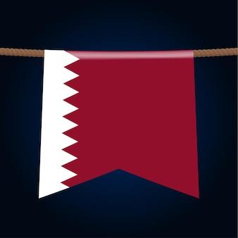Le bandiere nazionali del qatar sono appese alla corda. il simbolo del paese nel gagliardetto appeso alla corda. illustrazione vettoriale realistico.