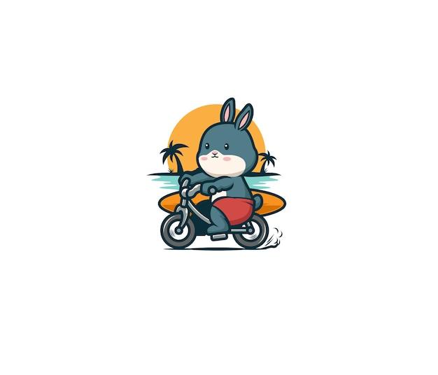 Coniglio va in bicicletta e porta una tavola da surf