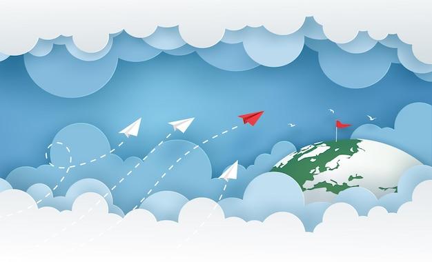 Il lancio dell'aeroplano di carta bianca e rad sopra la nuvola nel cielo blu va al bersaglio rosso sulla terra verde.