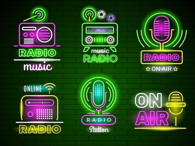 Logo radiofonico luminoso. annunci di spettacoli dal vivo emblema di trasmissione di musica aziendale colorata in stile neon. insegna al neon radio, illustrazione dell'insegna luminosa