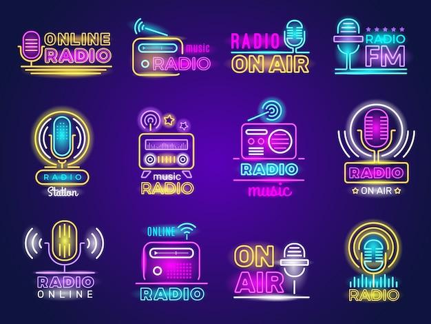 Radio neon. trasmissione dal vivo dell'emblema dello studio musicale con logo colorato effetto bagliore di trasmissione. emblema della luce radio sull'aria o illustrazione del cartello incandescente Vettore Premium