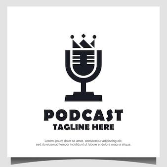 Radio o podcast king logo design utilizzando il microfono