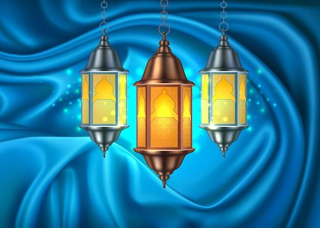 Lanterna della lampada della celebrazione del ramadan kareem sulla tenda del drappo di seta blu