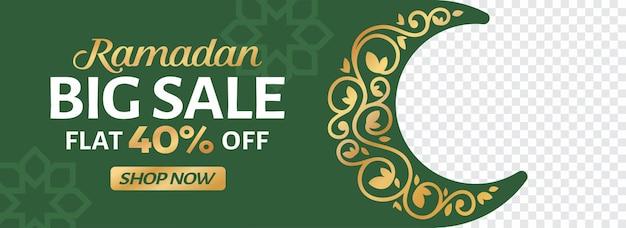 Ramadan sale web banner design con falce di luna floreale in colore dorato e verde