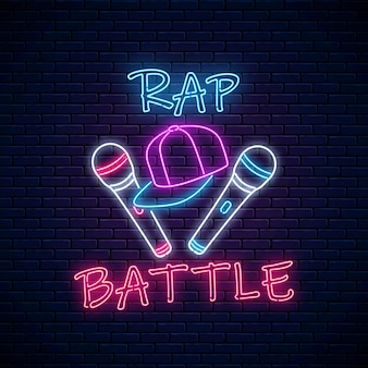 Insegna al neon di battaglia rap con due microfoni e cappellino da baseball. emblema della musica hip-hop. design pubblicitario del concorso rap.