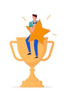 Aumento della valutazione. il vincitore felice del giovane tiene la stella di valutazione e si siede sulla tazza del trofeo d'oro. icona di vittoria esultanza personaggio maschile su priorità bassa bianca. valutazione in alto, buon risultato, illustrazione del feedback