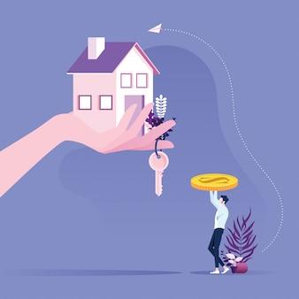 Concetto di bene immobile uomo d'affari che compra una casa con la mano che fornisce le chiavi e la casa.