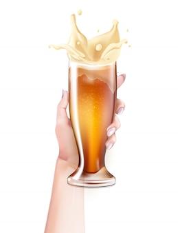 Realistico bicchiere di birra che spruzza in mano