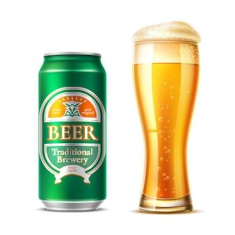 Realistico bicchiere di birra con lattina di birra in alluminio tazza di birra di vettore con bolle fresche di schiuma per la fabbrica di birra