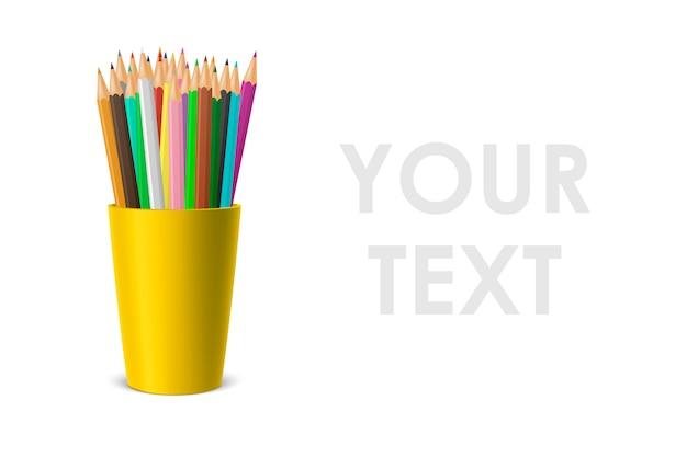 Portabicchieri in plastica bianco realistico con un set di matite colorate.