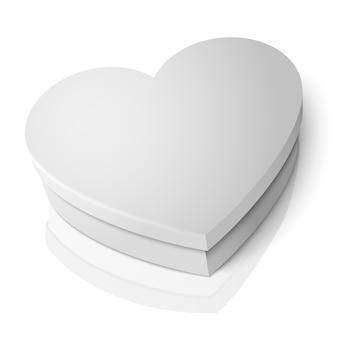 Scatola a forma di cuore bianco vuoto realistico isolato su sfondo bianco con la riflessione.