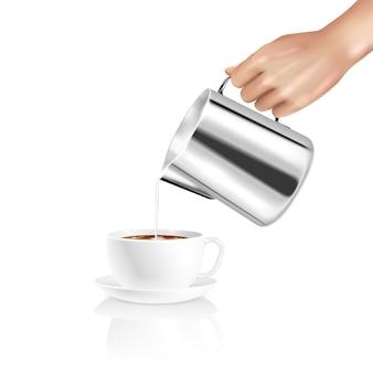Composizione realistica con la mano del barista che versa il latte nella tazza di caffè