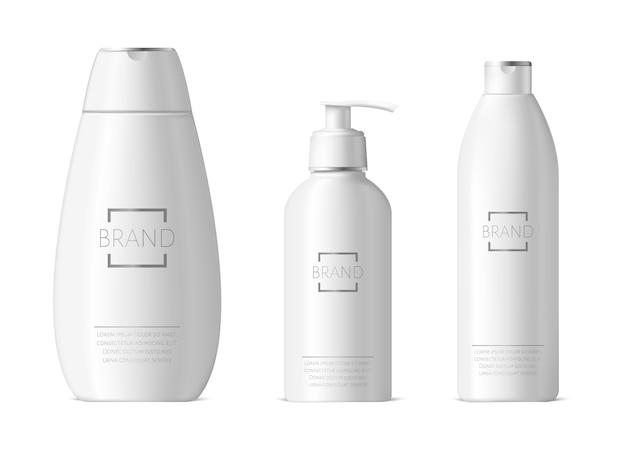 Flaconi per la cosmetica realistici. confezione di shampoo e idratante, confezione di bottiglie di plastica bianca, accessori per il bagno di bellezza. set di cosmetici per la pulizia